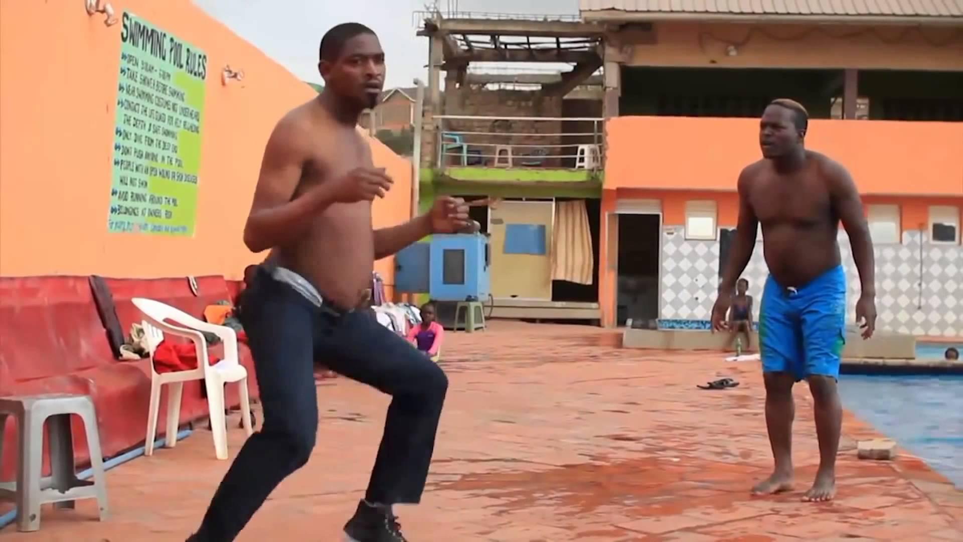 девушка танцует с негром даже напряжения